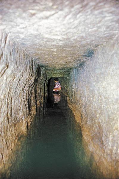 12-inside-Hezekiah tunnel_httpwww.biblicalarchaeology.org
