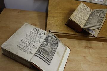 338-летний Танах, подаренный Михой  Шапгиром Хайфскому университету. На полях книги - многочисленные немецкие и латинские заметки.