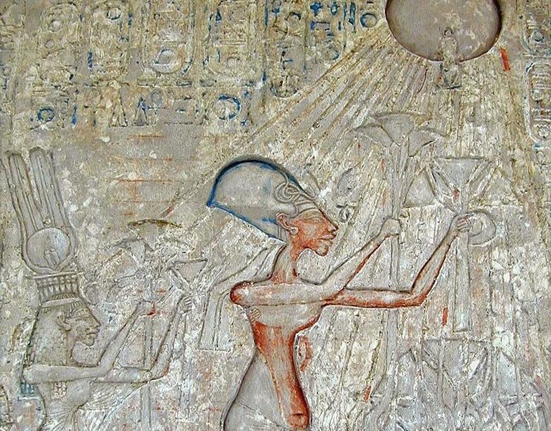 Фараон Эхнатон со своей семьёй совершают подношения Атону. (Википедия)