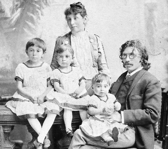Шолом-Алейхем с семьёй