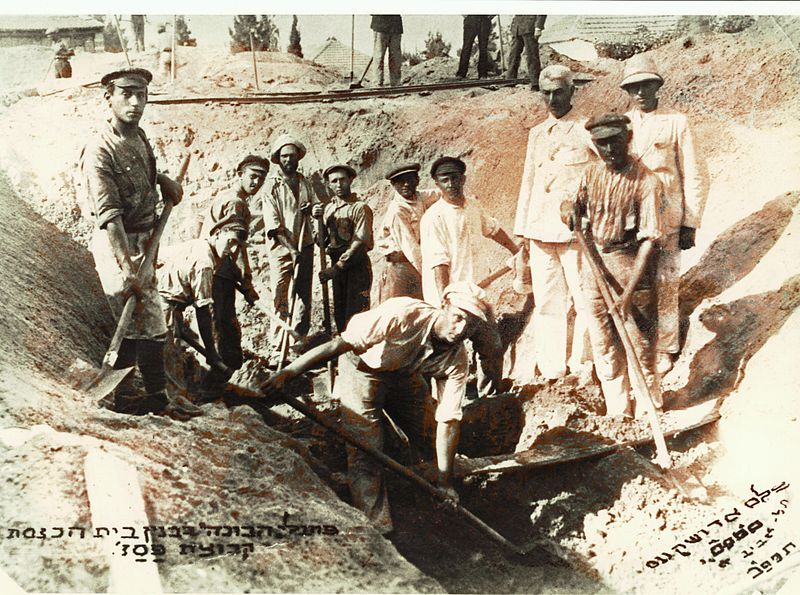 800px-Digging_the_foundations_for_the_Great_Synagogue_of_Tel_Aviv_in_5682_(1922)