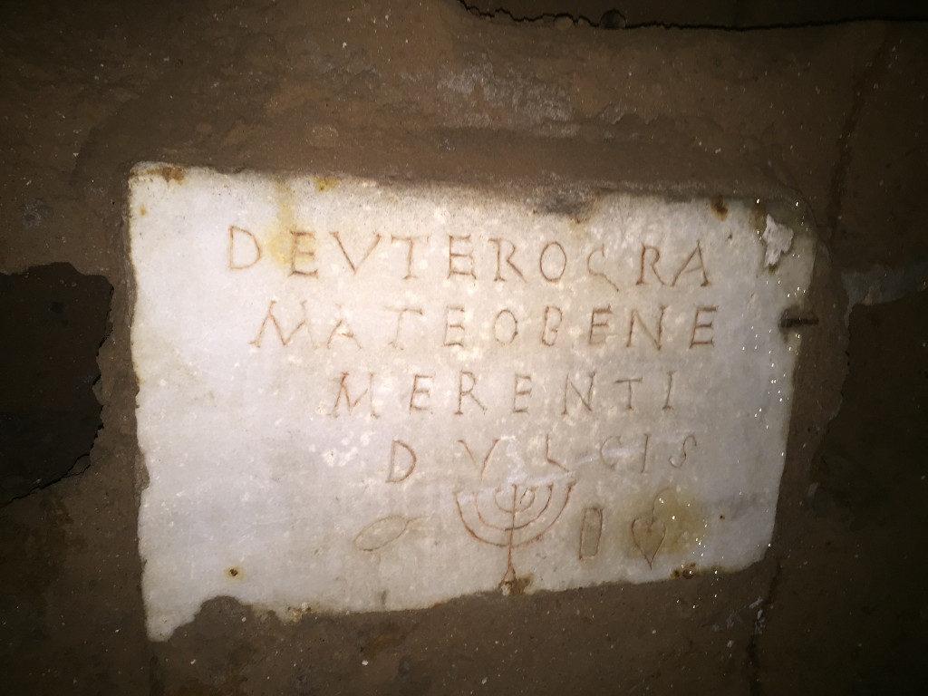 9-an-iscription-with-a-menorah-a-jug-an-etrog-engraved-Rossella-Tercatin